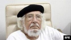 """El poeta nicaragüense Ernesto Cardenal posa para una foto en su oficina de Managua hoy, jueves 03 de mayo de 2012. Cardenal, de 87 años, se declaró """"sorprendido"""" y """"agradado"""" de ganar el Premio Reina Sofía de Poesía Iberoamericana, que reconoce el conjunt"""