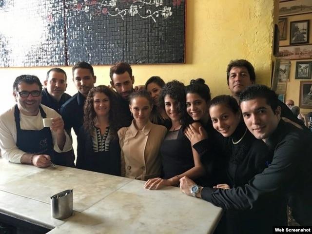 """La actriz Natalie Portman en el restaurante habanero """"La Guarida""""."""