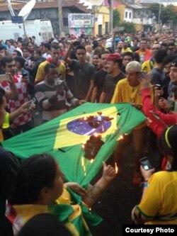 Aficionados queman la bandera brasileña en Villa Madalena, Sao Paulo (Twiiteado por Veja).