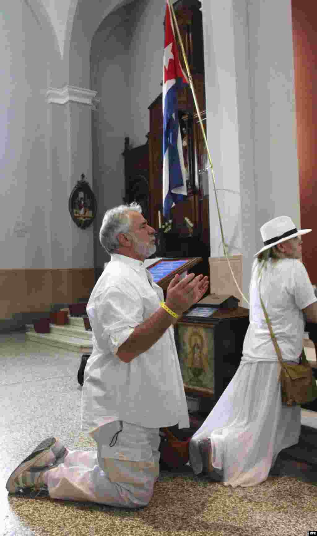 Un grupo de peregrinos católicos de Miami, encabezados por el Arzobispo de Miami, Thomas Wenski, visita el lunes 26 de marzo de 2012, el santuario de la Virgen de la Caridad en el poblado del Cobre, en Santiago de Cuba