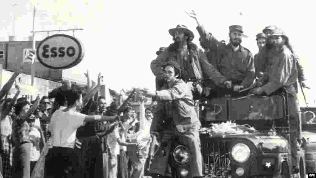 Junto a Fidel Castro, el comandante Camilo Cienfuegos (izquierda en el jeep). Tras el golpe de Estado de Batista, en 1952, se unió a la guerrilla cuatro años después y se convirtió en uno de los líderes más carismáticos.