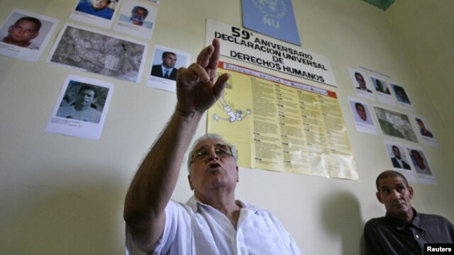 Elizardo Sanchez durante una conferencia de prensa