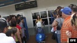 Foto de archivo. Una mujer llega al aeropuerto internacional José Martí de La Habana (Cuba), procedente de Miami (EEUU).