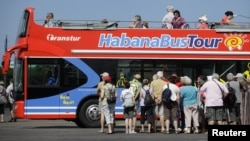 Un grupo de turistas visita La Habana.