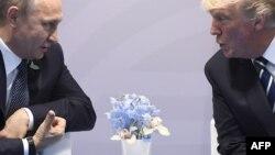 Donald Trump y Vladimir Putin. (Foto tomada el 7 de julio de 2017 en Hamburgo, Alemania).