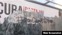 Valla propagandística destrozada en Lima, Perú y que aludía a la defensa de los Derechos Humanos en Cuba.