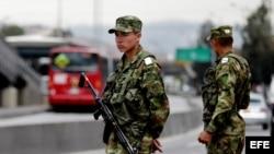 BOGOTÁ (COLOMBIA). Dos militares colombianos custodian una calle.