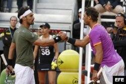 Fabio Fognini (i) y Rafael Nadal (d), al finalizar el partido de la segunda ronda del torneo Mutua Madrid Open.