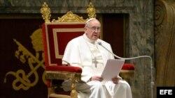 Francisco en su encuentro con los 114 cardenales electores y numerosos octogenarios en la sala Clementina del Vaticano.