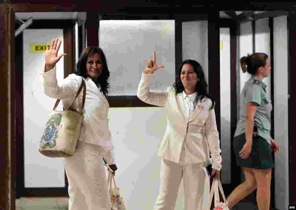 Laura Labrada (d), hija de la fallecida líder de las Damas de Blanco, Laura Pollán, y Belkis Cantillo (i) antes de partir de La Habana.