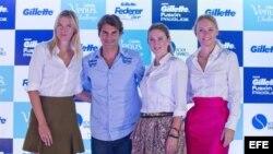 (De izquierda a derecha) María Sharapova de Rusia, Roger Federer de Suiza, Victoria Azarenka de Bielorrusia y Caroline Wozniacki de Dinamarca posan hoy, jueves 6 de diciembre de 2012, durante una rueda de prensa del torneo de tenis Gillette Federer Tour e