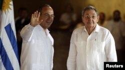 En esta imagen de archivo, el presidente mexicano, Felipe Calderón junto a Raúl Castro en Cancun.
