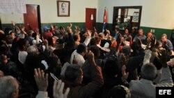 Un grupo de vecinos en una reunión de un Comité de Defensa de la Revolución (CDR) de La Habana (Cuba).