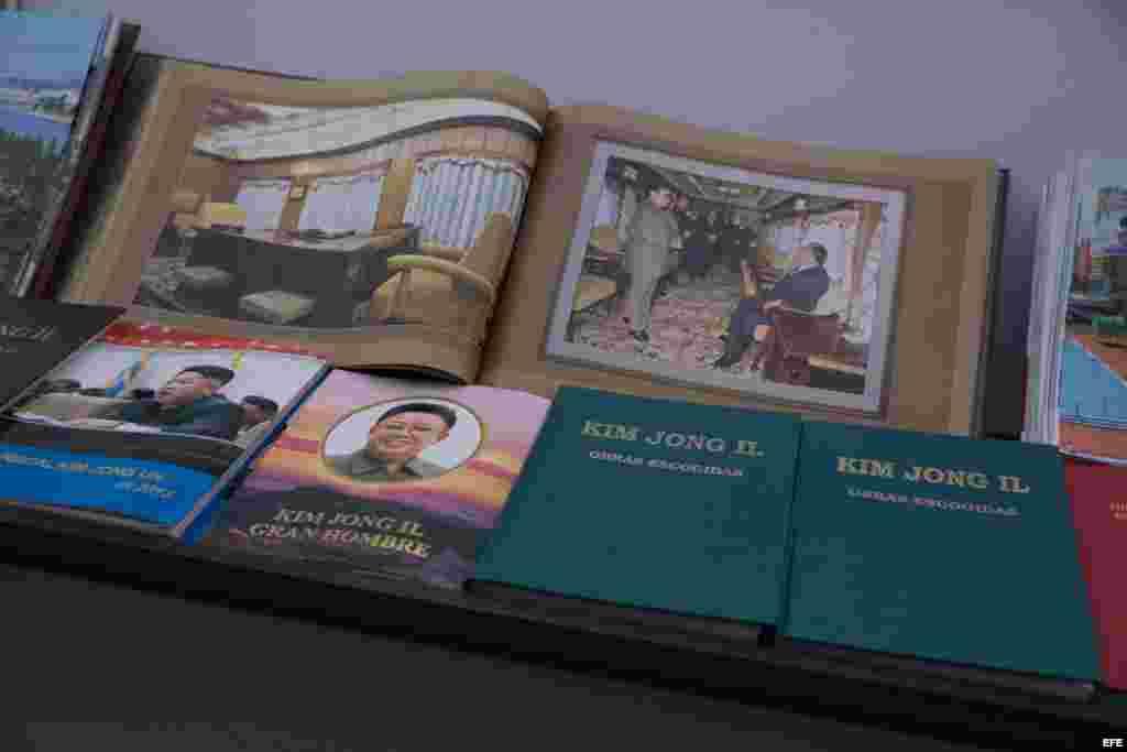 Colección de libros con discursos de Kim Jong-un en la feria del libro de Caracas