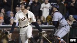 El bateador de los Gigantes de San Francisco, Hunter Pence, batea una bola de sacrificiocontra los Tigres de Detroit.