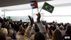Médicos extranjeros escuchan a la presidenta brasileña, Dilma Rousseff.