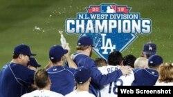 Los Dodgers celebran su victoria.