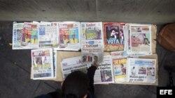 Diarios con la noticia de la victoria de Nicolás Maduro en primera página son exhibidos para la venta hoy, lunes 15 de enero de 2013, en Caracas (Venezuela). La oposición ha pedido el recuento de votos tras la jornada electoral de este domingo que, según