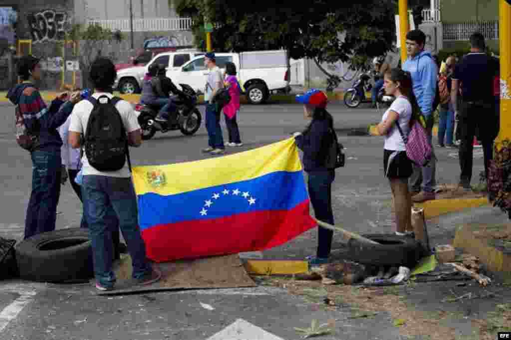 Un grupo de personas se congrega durante una protesta de la oposición venezolana hoy, lunes 16 de febrero de 2014, en el sector El Cafetal en Caracas.