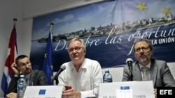 El director general para América del Servicio Europeo de Acción Exterior, Christian Leffler (c), ofrece una rueda de prensa, en La Habana (Cuba)