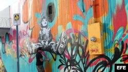 Un artista ultima detalles en un grafiti en Miami, Florida (EE.UU.). La zona de grafitis de Wynwood, el barrio artístico de Miami, reafirmará a partir del miércoles su condición de referente de las nuevas corrientes plásticas.
