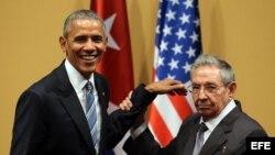 Raúl Castro y Barack Obama se saludan el 21 de marzo de 2016, durante una rueda de prensa tras una reunión sostenida en el Palacio de la Revolución en La Habana (Cuba).