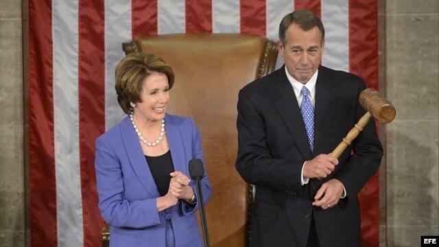 El legislador republicano John Boehner (d), sostiene el mazo del presidente de la Cámara junto a la líder de la minoría en el Parlamento, Nancy Pelosi, el 3 de enero de 2013.