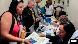 Cubanos en tránsito a EEUU muestran su documentación. (Archivo)