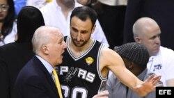 El entrenador de los Spurs, Gregg Popovich (izda), conversa con su jugador Manu Ginobili (dcha) durante el cuarto partido de las Finales de la NBA contra los Heat en el American Airlines Arena en Miami.