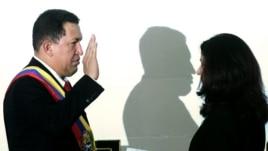 Archivo - El presidente venezolano Hugo Chávez jura durante la ceremonia de investidura celebrada el 10 de enero de 2007 en Caracas, Venezuela