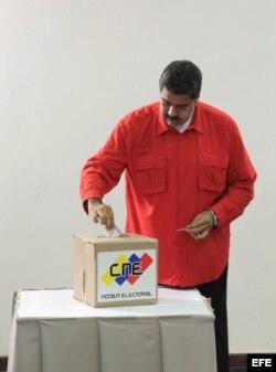 Maduro vota en la elección de la Constituyente.