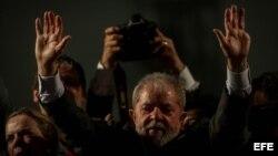 El expresidente brasileño Luiz Inácio Lula da Silva participa en un evento con miles de simpatizantes en Curitiba.