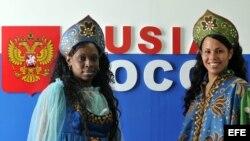 Modelos cubanas posan vestidas con trajes típicos rusos en la XX Feria Internacional del Turismo, FITCUBA 2010.