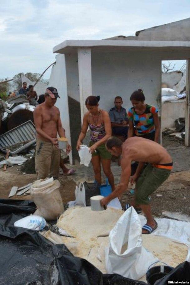 Habitantes de la comunidad Boca de Jauco, en el municipio Maisí tras el paso de huracán Mathew, en Guantánamo, Cuba, 6 de octubre de 2016.
