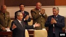 Raúl Castro (i), en la Asamblea Nacional del Poder Popular en La Habana, Cuba.