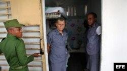 Un militar cubano abre la celda de tres reclusos, en la prisión Combinado del Este, en La Habana. Archivo.