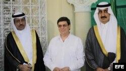 El príncipe de Arabia Saudí, Khaled Bin Saud Bin Khaled Al-Saud (d), el embajador de esa nación en Cuba, Saeed Hassan Aljomae (i) y el canciller cubano, Bruno Rodríguez Parrilla (c), posan para una fotografía durante la inauguración de la nueva sede de la