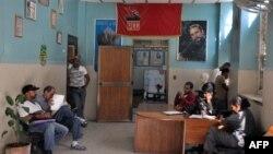 Un retrato de Fidel Castro en una oficina de La Habana, Cuba.