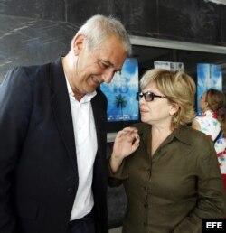 El director francés Laurent Cantet habla con la actriz cubana Isabel Santos (d).