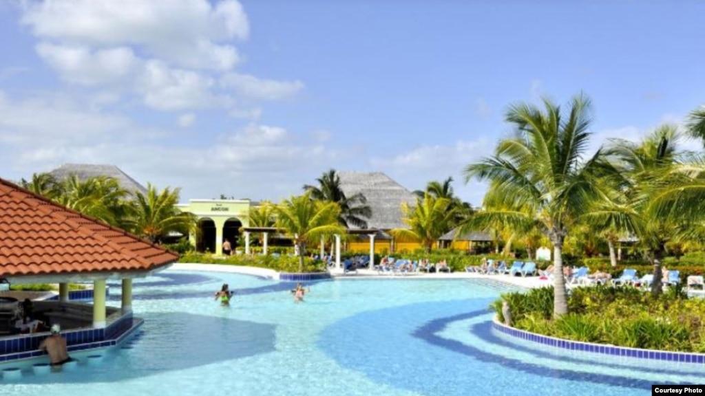 Turistas canadienses obligados a cargar agua de la piscina for Cubas de agua para piscina