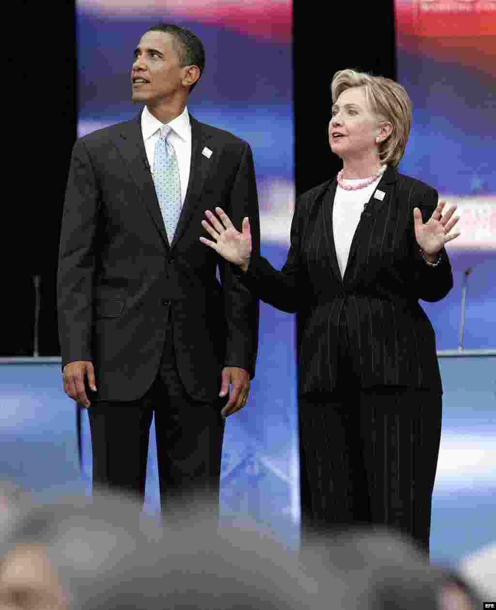 Los precandidatos a la presidencia de EE.UU. para las elecciones de 2008 por el partido Demócrata, los senadores Barack Obama, por Illinois, y Hillary Clinton, por Nueva York, toman un descanso en el Foro de Candidatos Presidenciales que se lleva a cabo h