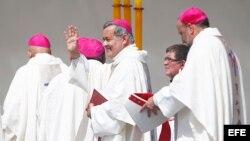 El obispo de la ciudad de Osorno, Juan Barros (c), cuestionado como supuesto encubridor de los abusos sexuales contra menores cometidos hace unos años por el influyente cura Fernando Karadima, saluda durante una misa multitudinaria oficiada por el papa Fr