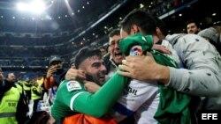 El defensa del Leganés, Diego Rico (i), celebra con los aficionados su pase a las semifinales de la Copa del Rey tras derrotar al Real Madrid.