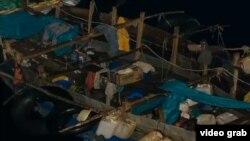 Un bote de cubanos visto desde un crucero. Foto Archivo.
