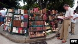 Un puesto de libros en la Plaza de Armas de La Habana Vieja. Foto Archivo.