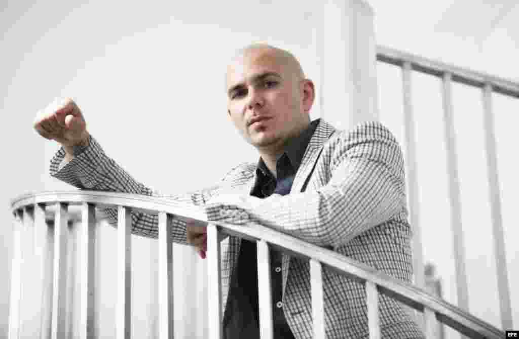 Pitbull también compite por el Mejor Álbum de Música Urbana con Echa Pa'llá (Manos Pa'rriba).