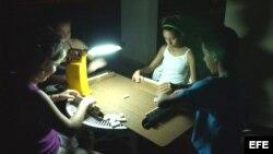 Jugando al dominó en un apagón en el barrio de Alamar, en La Habana, Cuba.