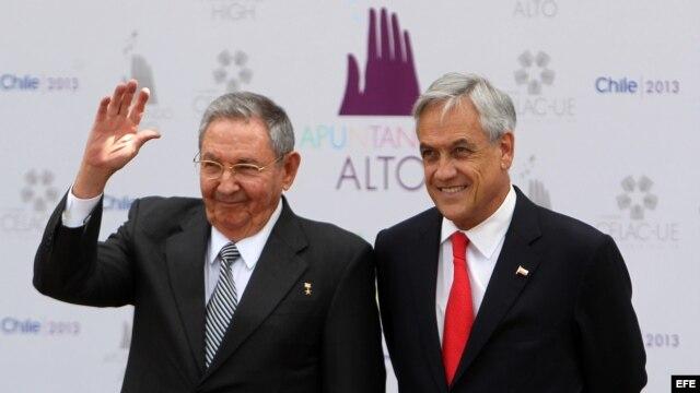 El presidente de Chile, Sebastián Piñera (d), recibe a su homólogo de Cuba, Raúl Castro, durante la cumbre de CELAC-UE.