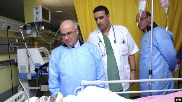 El ministro de Energía de Argelia, Youcef Yousfi, habla con uno de los rehenes extranjeros liberados en la planta de gas de In Amena, en manos de un grupo terrorista