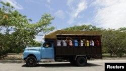 Numerosos cubanos usan los camiones como medio de transporte.